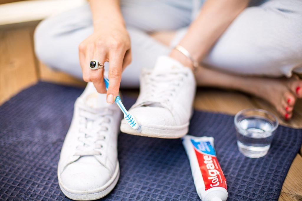 Diş macunu ayakkabı temizliği